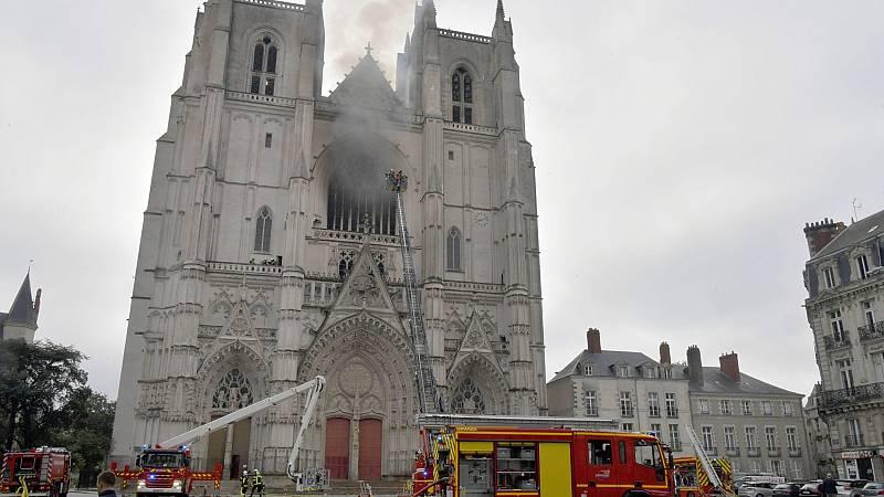 El incendio que arrasó parte de la catedral de Nantes, en Francia, sigue siendo un misterio
