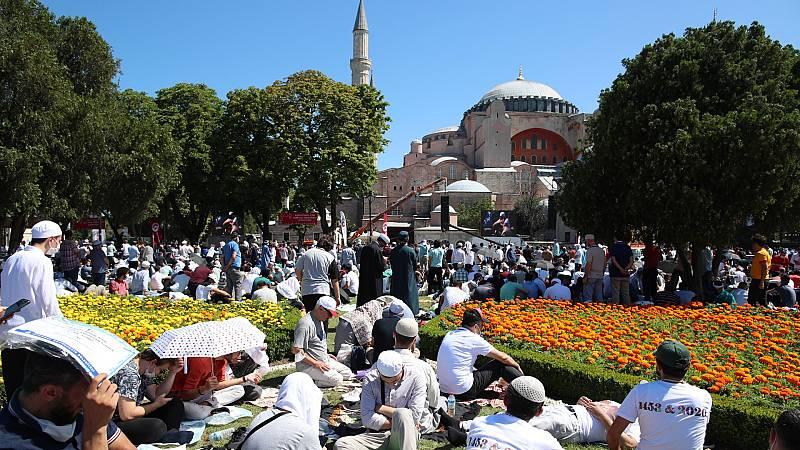 Una Santa Sofía de Estambul reconvertida en mezquita ha acogido su primer rezo musulmán en 86 años