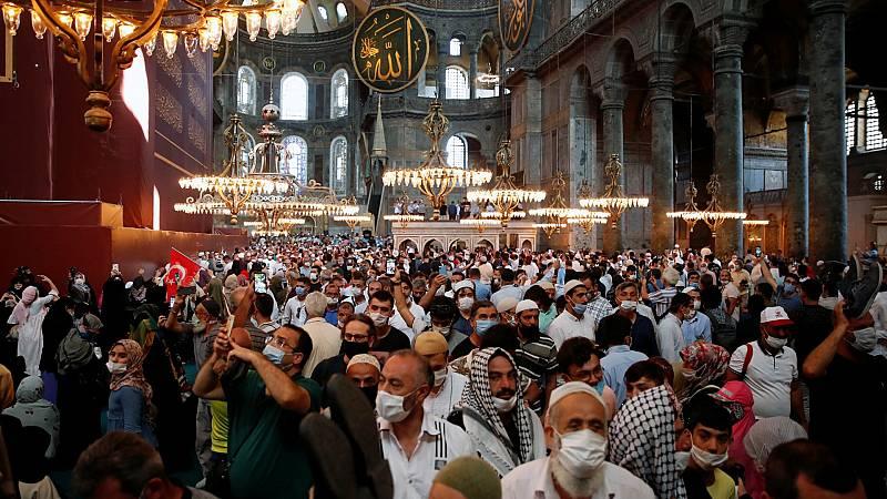 Miles de personas participan en el primer rezo musulmán en Santa Sofía, que vuelve a ser una Mezquita