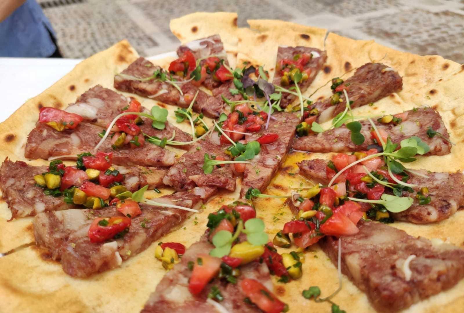 Receta veraniega: torta de chicharrones con vinagreta de fresas y pistachos