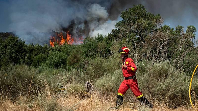 Un incendio sin control amenaza San Vicente de Monterrei, en Ourense