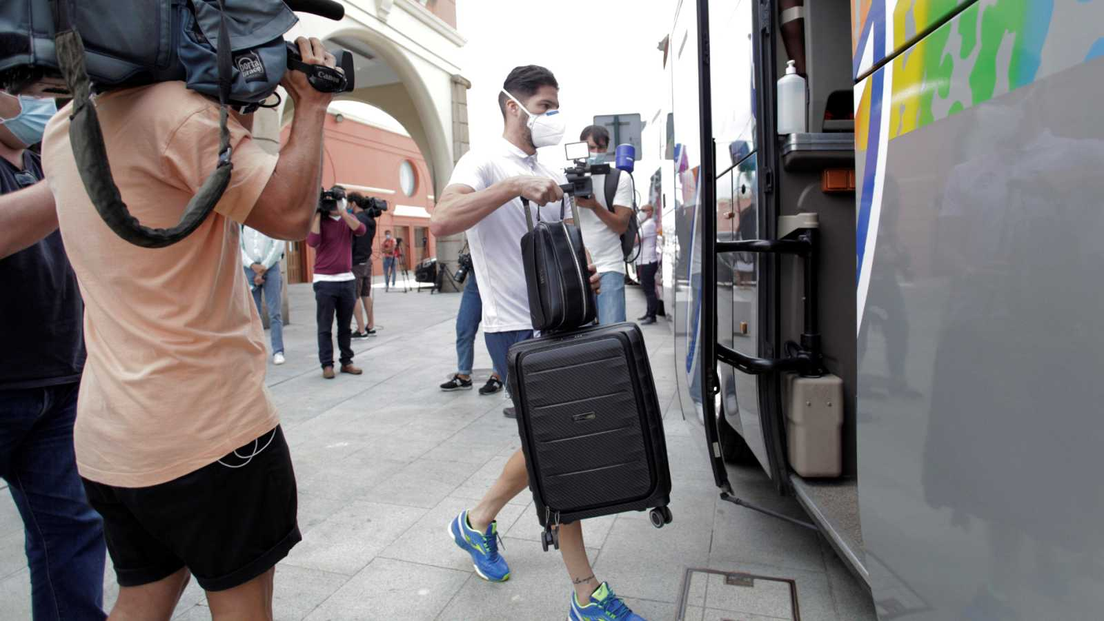 Vídeo: Los 33 integrantes del Fuenlabrada que han recibido el alta en A Coruña abandonan el hotel
