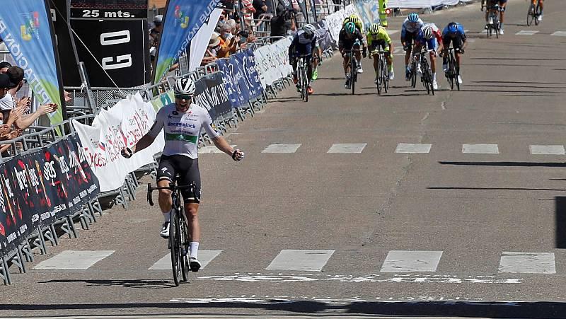 Bennett se aprovechó de una caída para ganar la cuarta etapa
