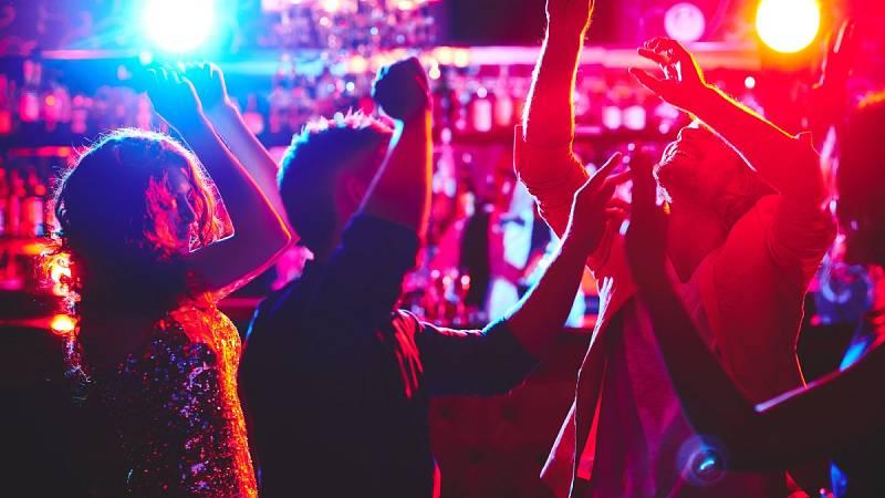Investigan el evento en el que un DJ escupió alcohol al público en Málaga