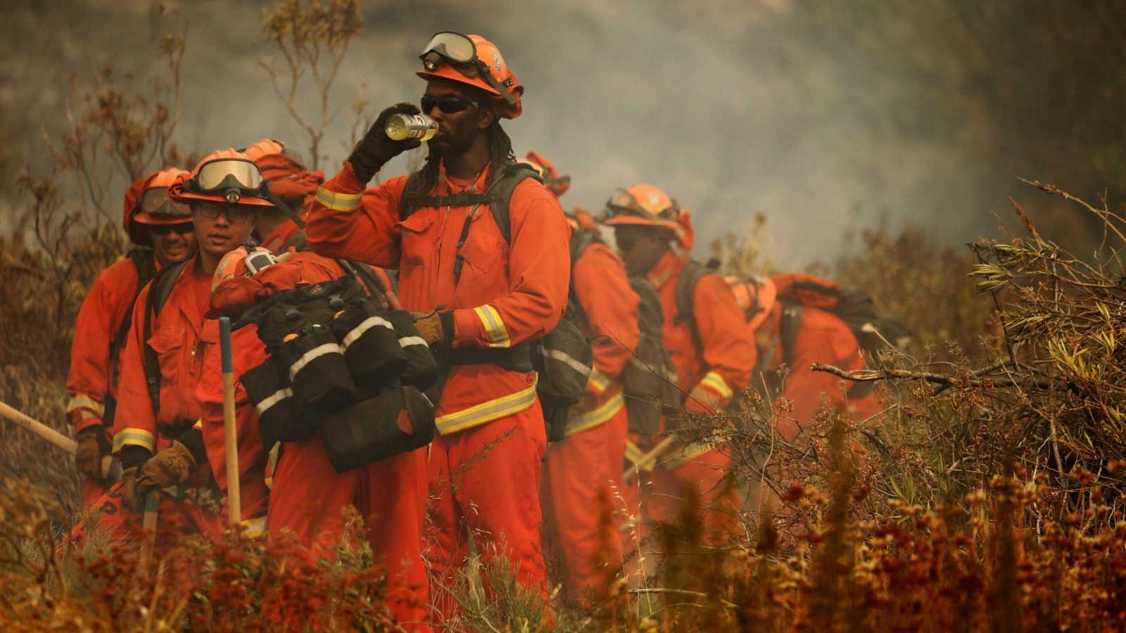 Un incendio forestal cerca de Los Ángeles obliga a evacuar a casi 8.000 personas