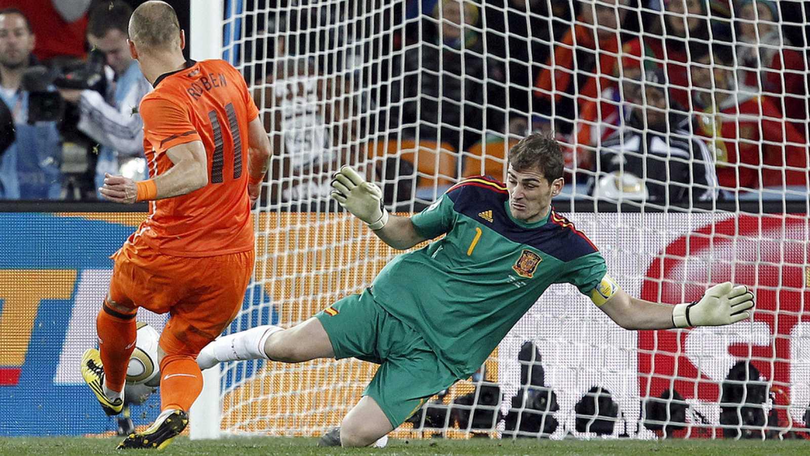 Fútbol - Telediario. Iker Casillas anuncia su retirada del fútbol - VER AHORA.