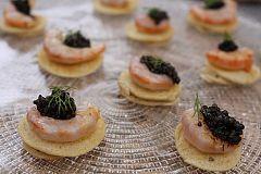 Blinis con gambas al ajillo y caviar
