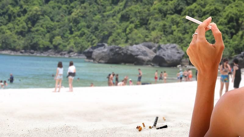 ¿Prohibido fumar en la playa por el coronavirus?