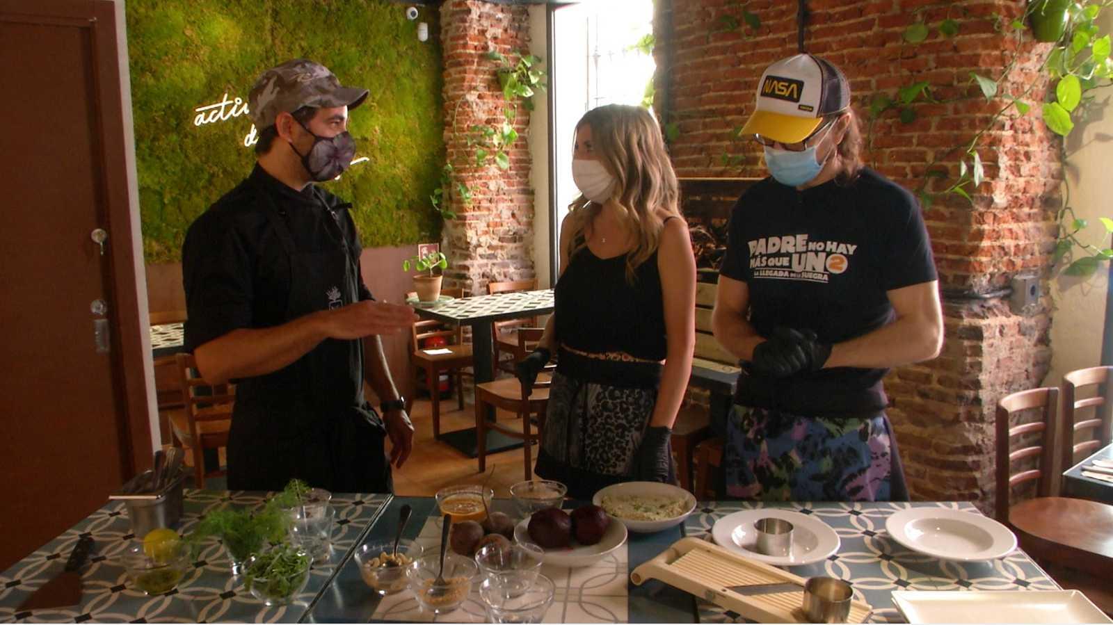 Aquí la Tierra - ¡Preparamos una milhojas de remolacha y queso de anacardos con Santiago Segura!