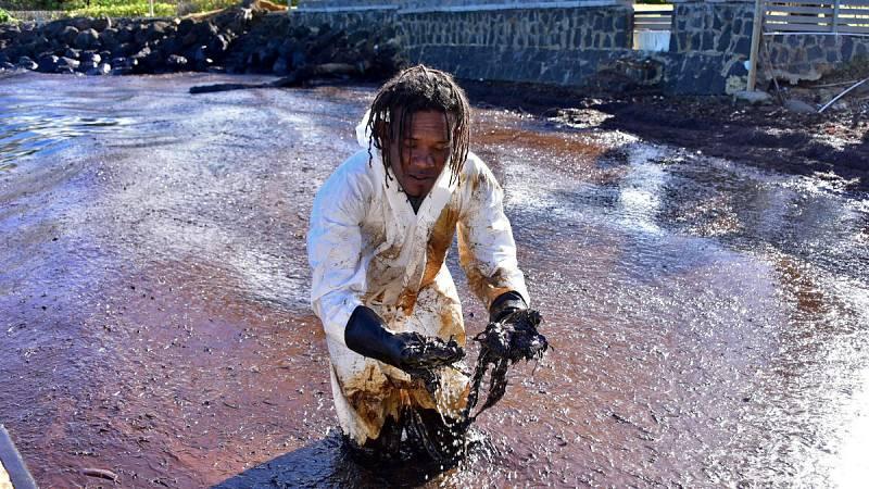 Carrera contrarreloj para vaciar de combustible el barco varado en Mauricio
