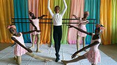 El niño de Nigeria que se hizo viral bailando bajo la lluvia estudiará ballet en Nueva York