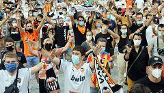 Cientos de aficionados del Valencia protestan tras el amargo y emocionado adiós de Parejo