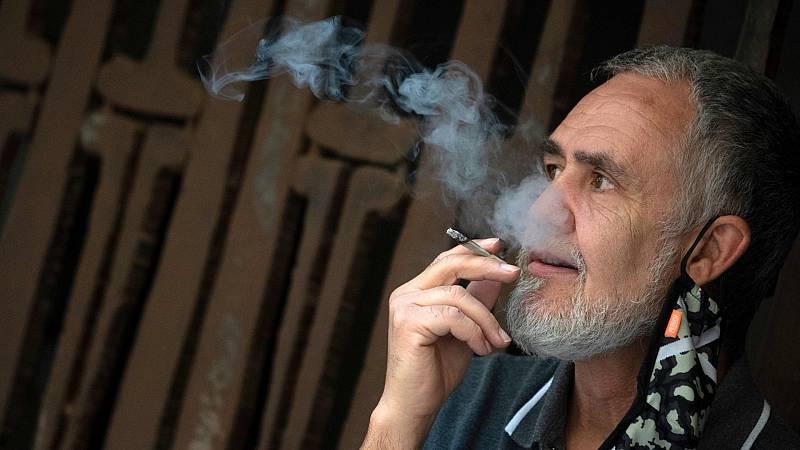 Galicia prohíbe fumar en terrazas o en la calle si no hay distancia social