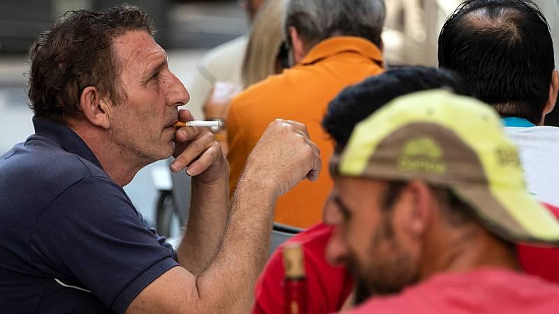 Los expertos aplauden la prohibición de fumar en la calle si no hay distancia social