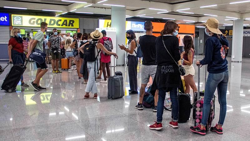 La disminución del tráfico de viajeros en estaciones y aeropuertos presagia una 'operación salida' muy tranquila