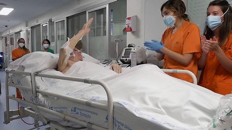 El paciente con coronavirus que más tiempo lleva en la UCI es trasladado a planta