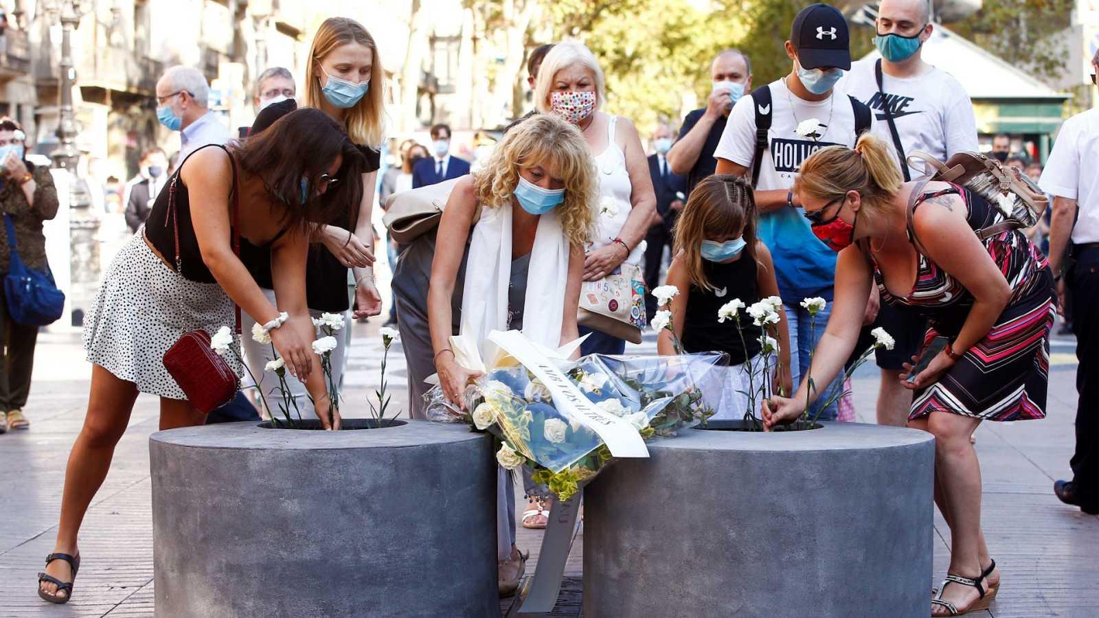 Barcelona recuerda a las víctimas de los atentados terroristas del 17 de agosto de 2017 con un minuto de silencio y una ofrenda floral en las Ramblas