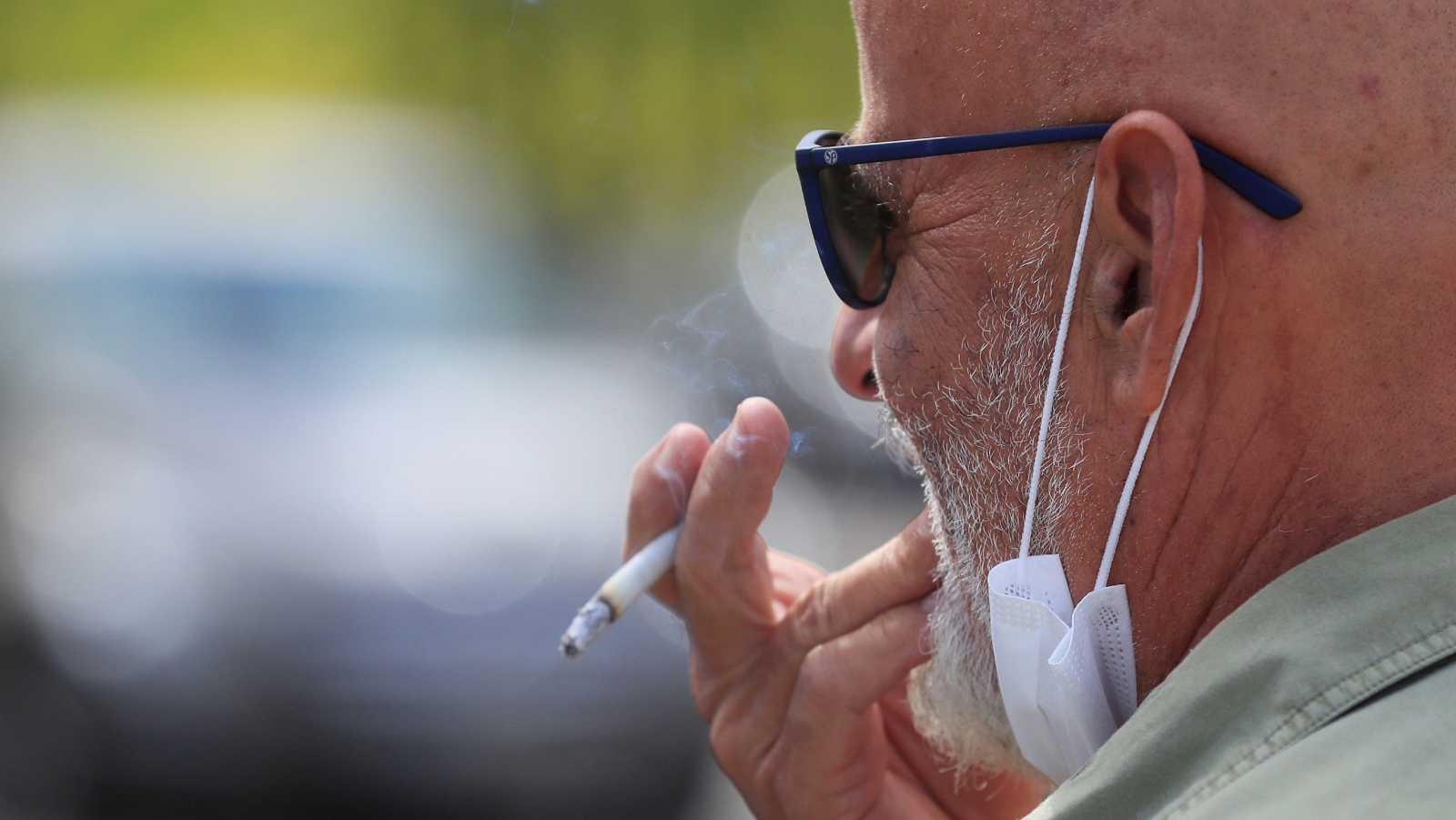 Un juez anula en Madrid la orden de prohibir fumar en la calle, el cierre de discotecas y otras medidas contra el COVID