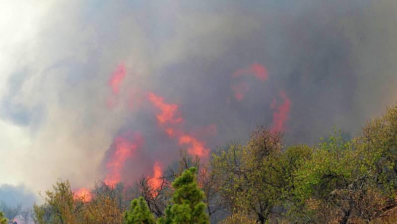 Los medios aéreos reanudan las labores de extinción del incendio de La Palma