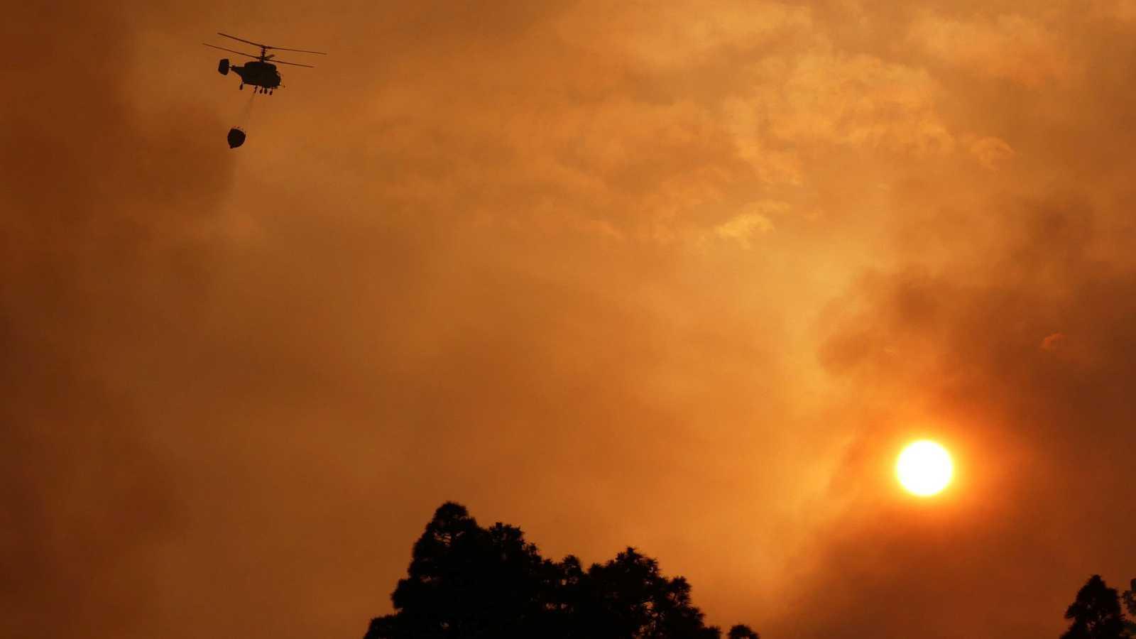 El incendio de La Palma sigue activo y obliga a evacuar a 300 vecinos