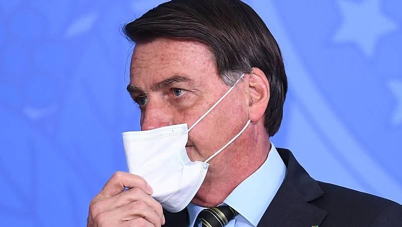 Bolsonaro amenaza con agredir a un periodista al ser preguntado por un caso que salpica a su mujer