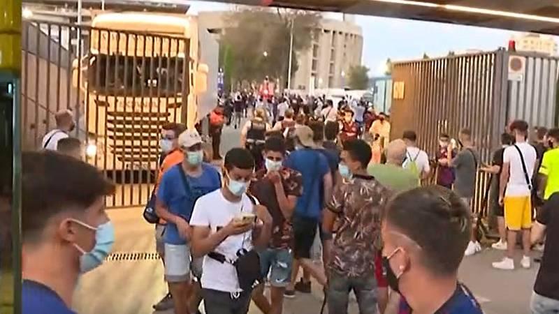 Siguen las protestas de aficionados culés en el Camp Nou