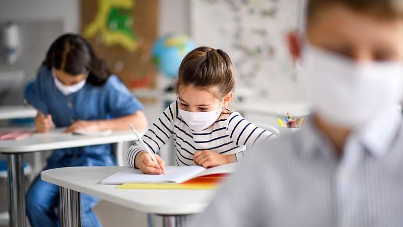 """Celáa asegura que las ratios de alumnos por aula """"se reducen con las contrataciones"""" de profesores anunciadas por las Comunidades"""