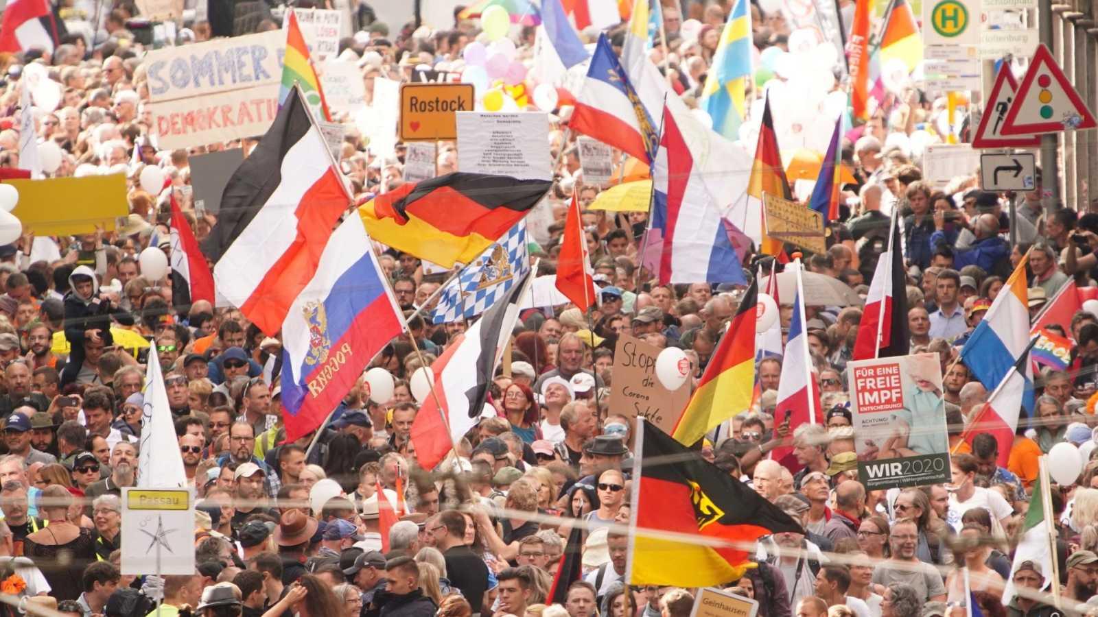 La Policía dispersa en Berlín una marcha negacionista sin mascarillas ni distancia social
