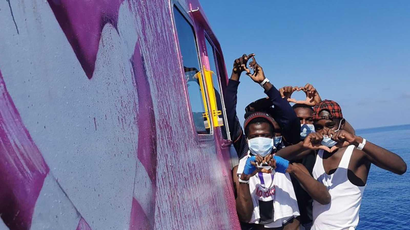 La Guardia Costera italiana acude en ayuda del Louise Michel, el barco humanitario financiado por Banksy