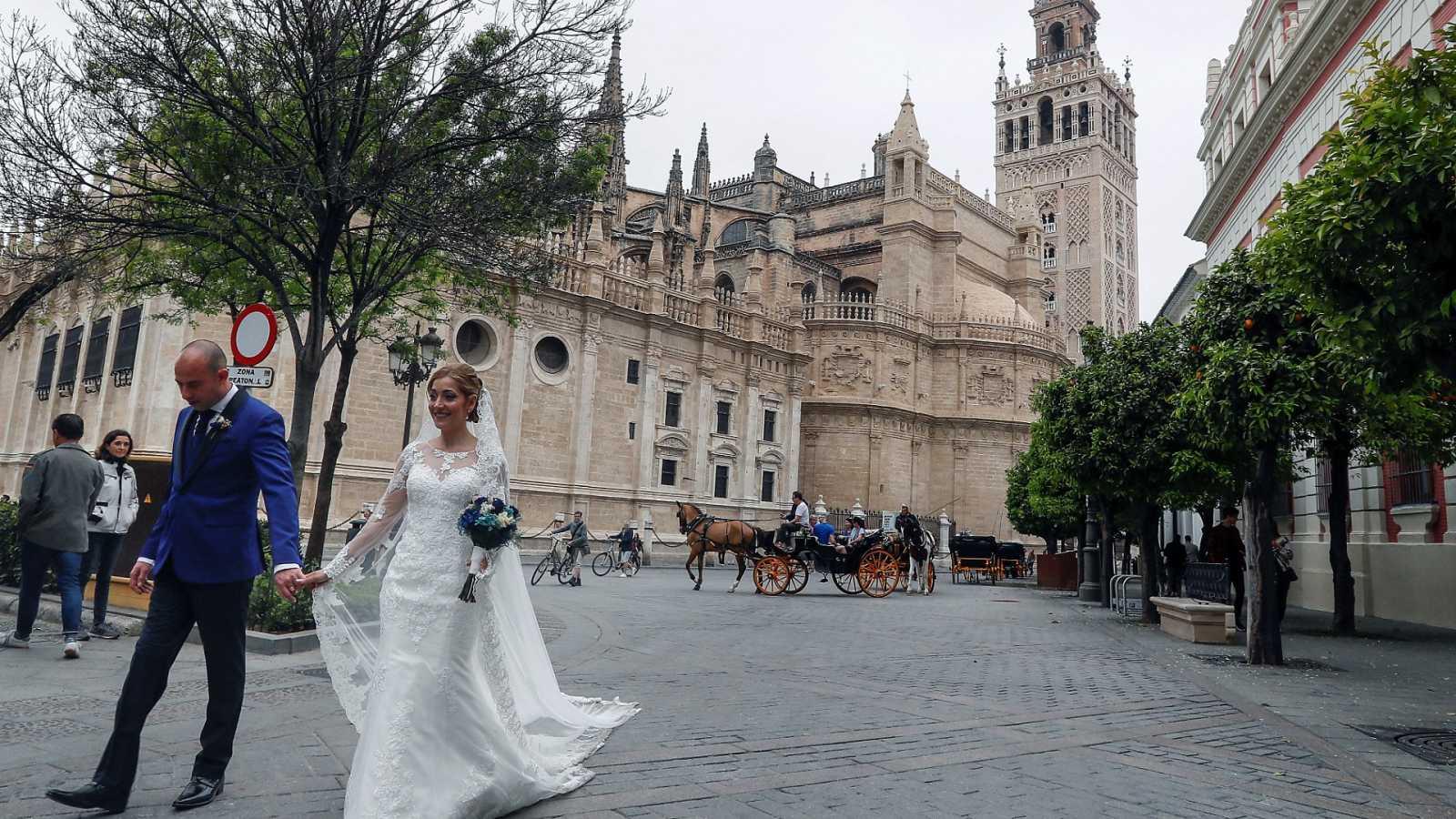 Andalucía reduce el aforo en bodas y Salamanca y Valladolid restringen velatorios y reuniones sociales
