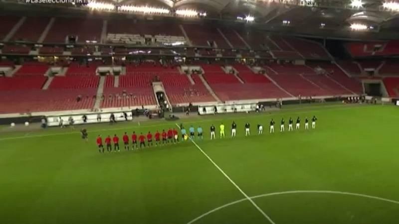 Ambos equipos se abrazan para escuchar el himno en la retransmisión de RTVE