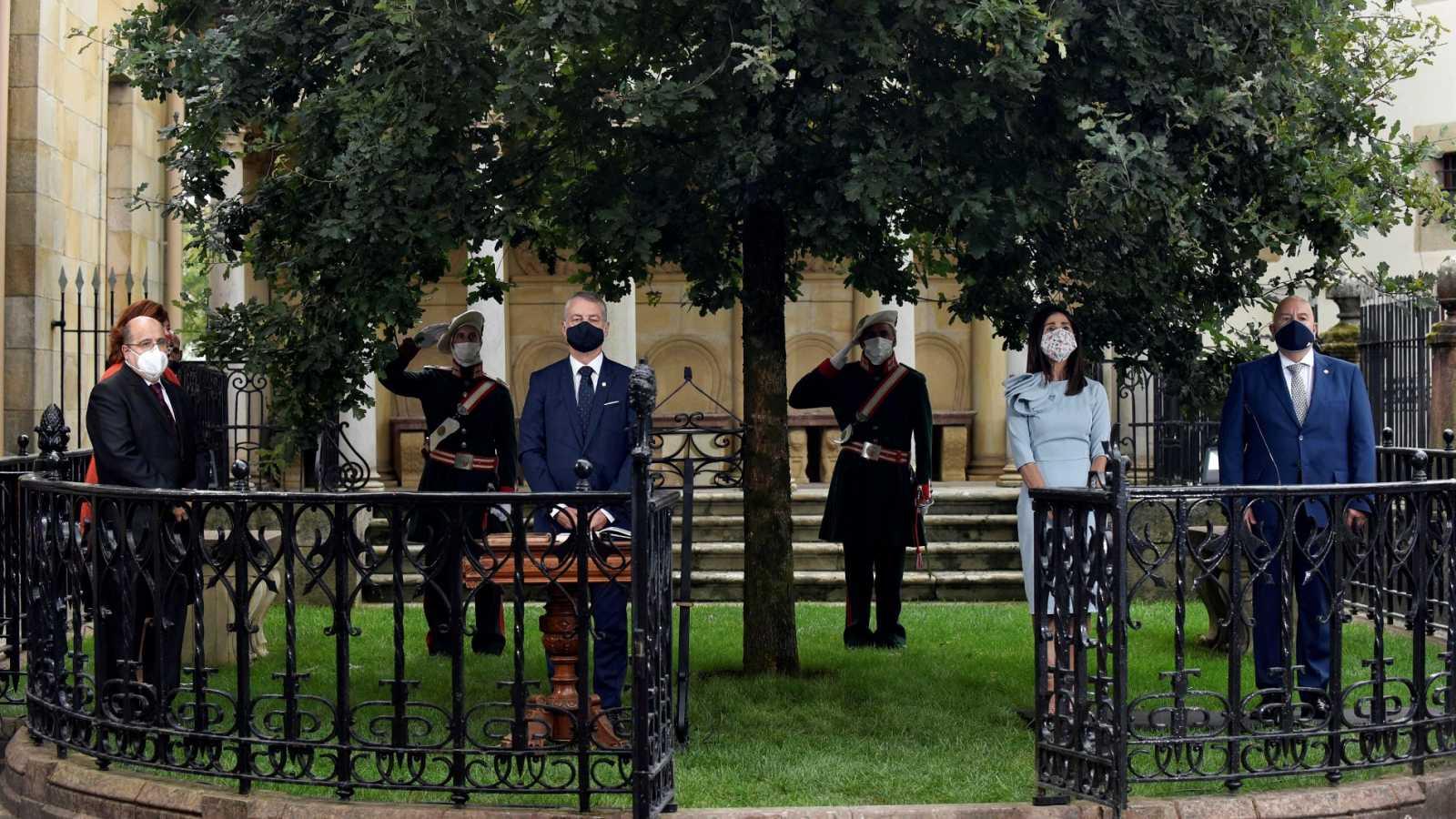 Urkullu jura su cargo ante el árbol de Gernika, en una ceremonia condicionada por las medidas anti-COVID-19
