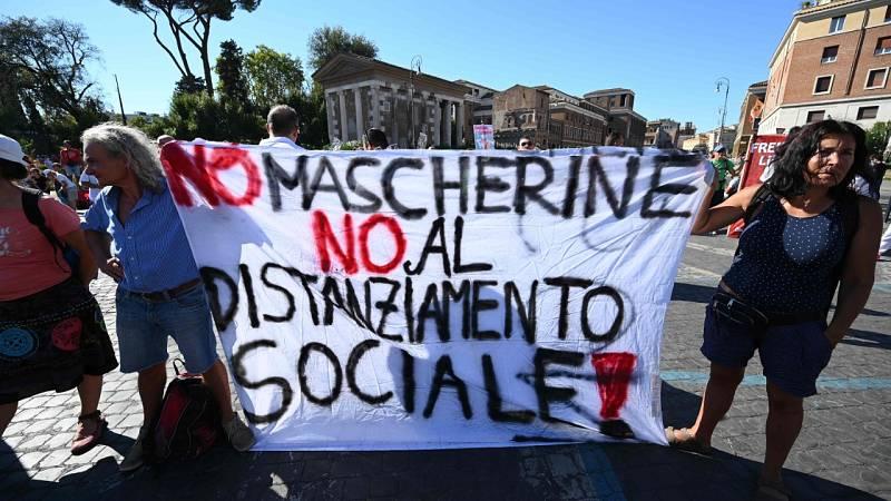 Manifestaciones negacionistas del coronavirus y contra las restricciones por la pandemia en Roma y Edimburgo