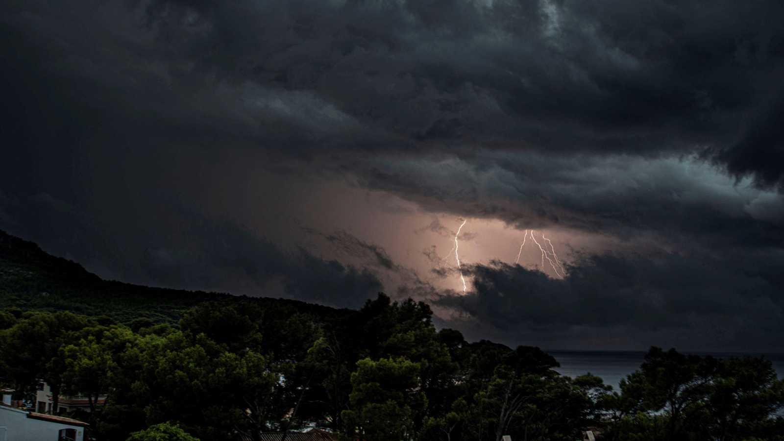 Chubascos y tormentas localmente fuertes en Baleares y Cataluña - Ver ahora