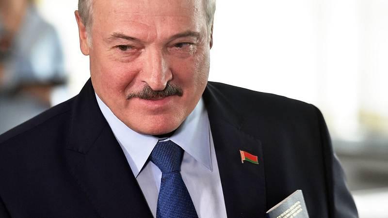"""Lukashenko admite que puede que haya estado """"demasiado"""" en el poder"""
