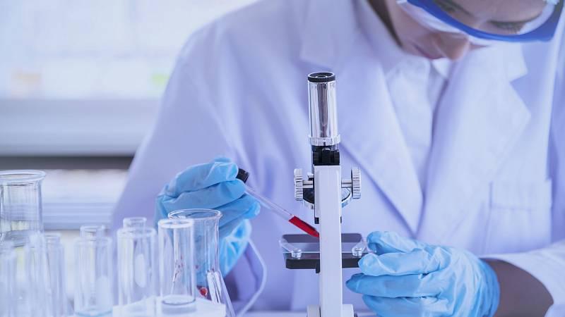 Paralizada de momento la vacuna Oxford contra el coronavirus por una reacción adversa