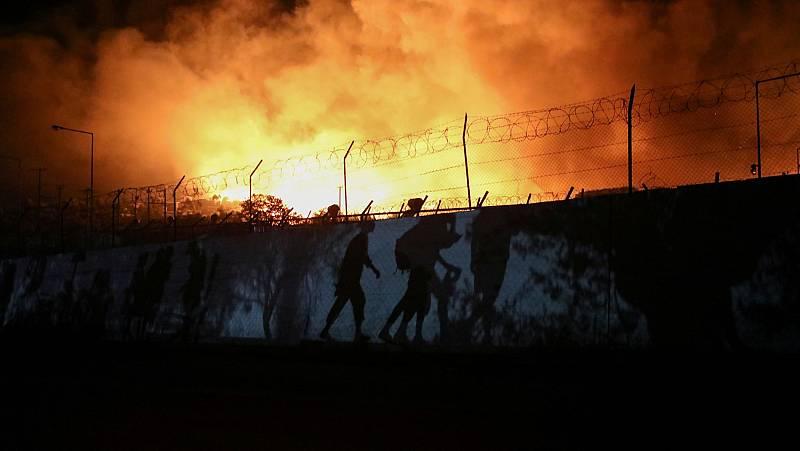 El campo de refugiados de Moria queda destruido por un gran incendio