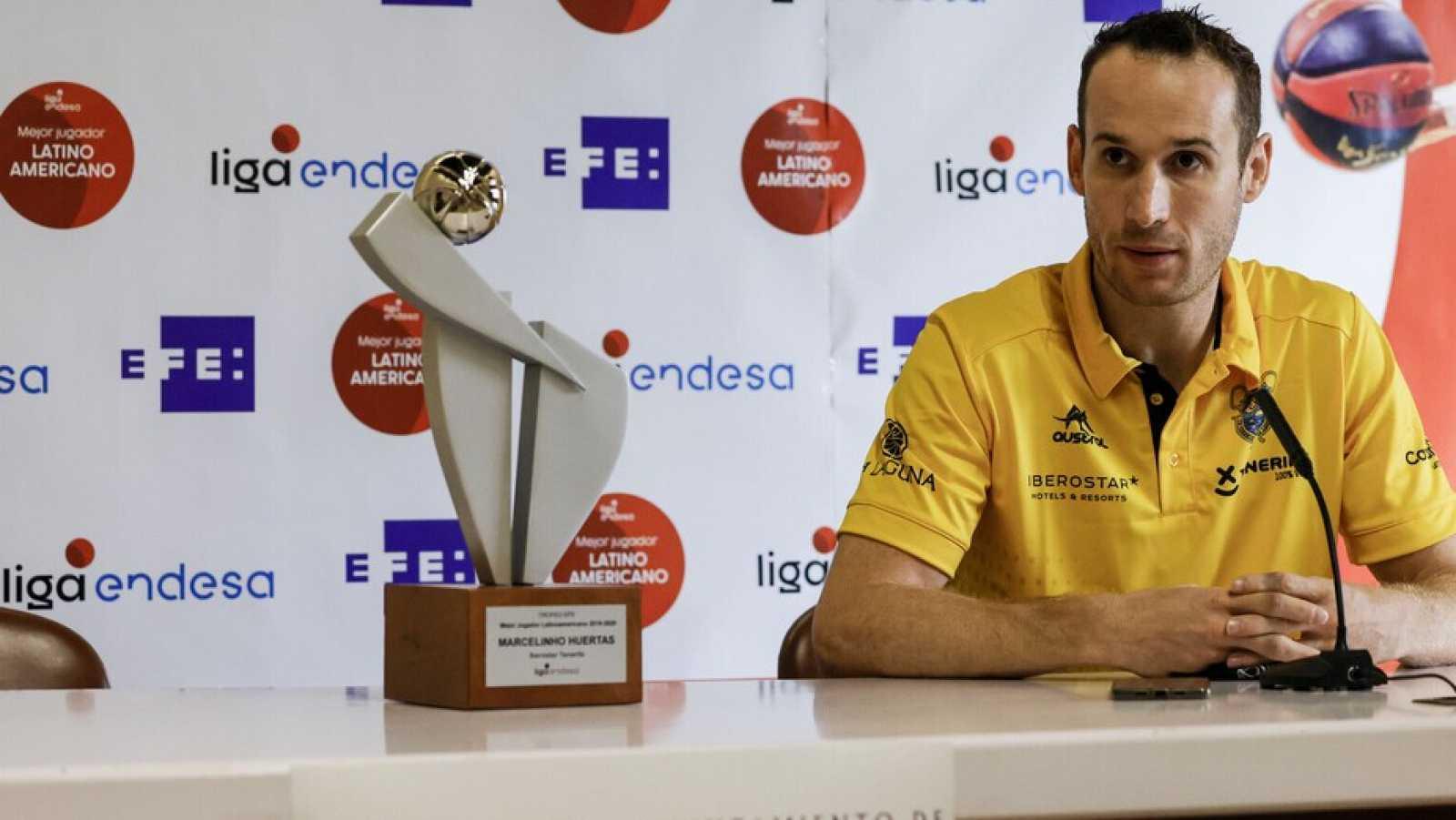 Huertas recibe satisfecho el premio al mejor latinoamericano de la Liga Endesa