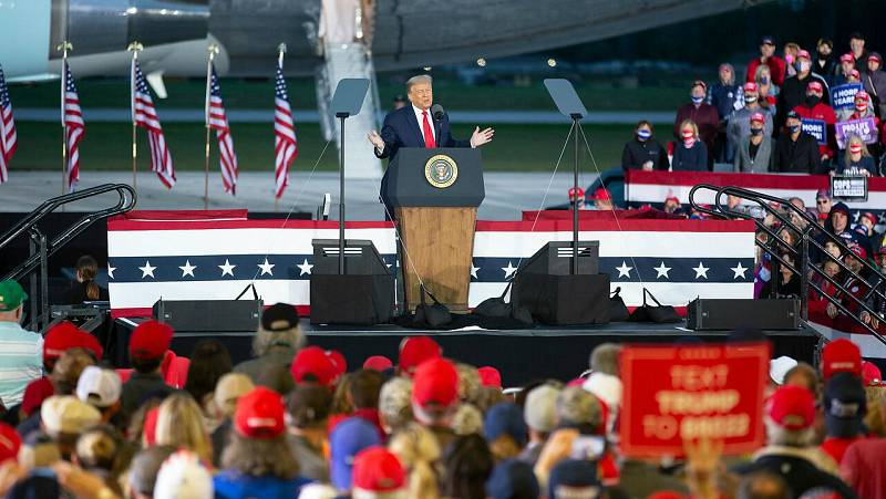 Trump se muestra molesto ante las preguntas de por qué mintió a los estadounidenses de los peligros del COVID-19