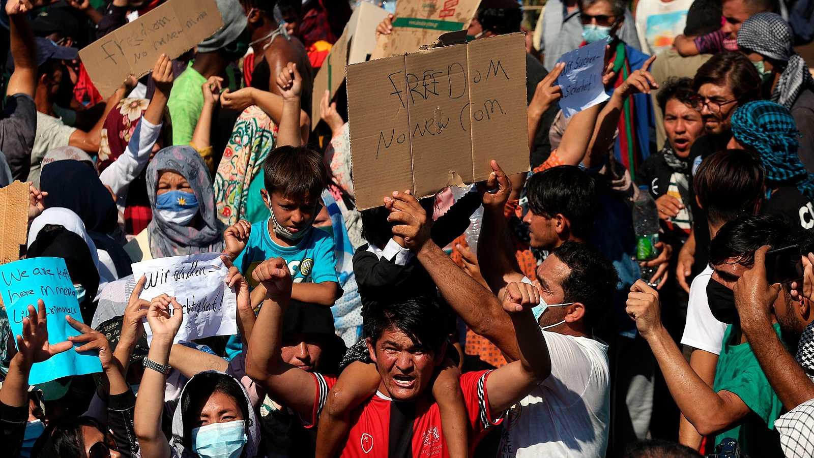 Miles de migrantes protestan y bloquean el acceso a los restos del campamento de refugiados de Moria