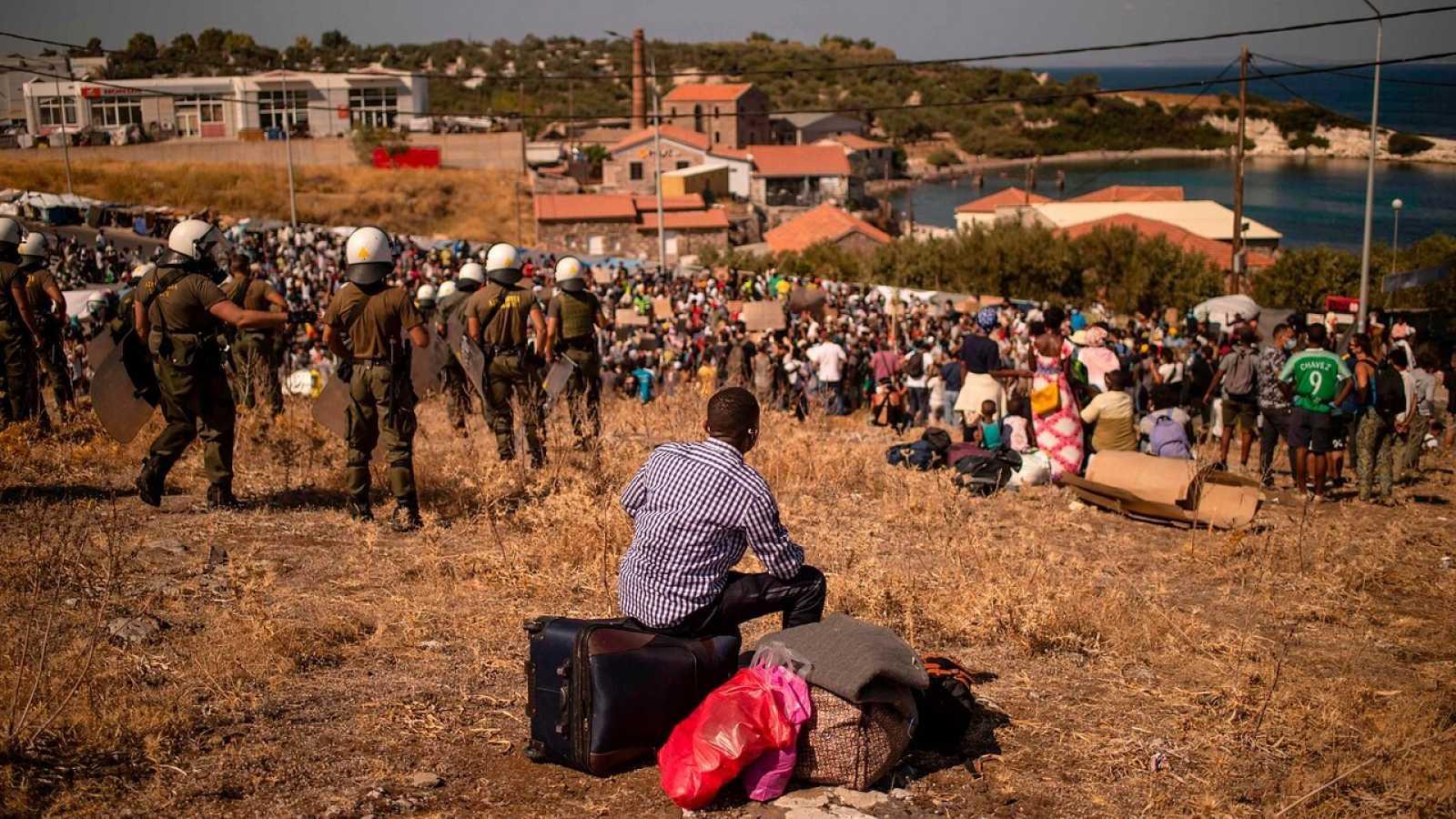 Miles de refugiados en Lesbos afrontan a la intemperie un futuro incierto