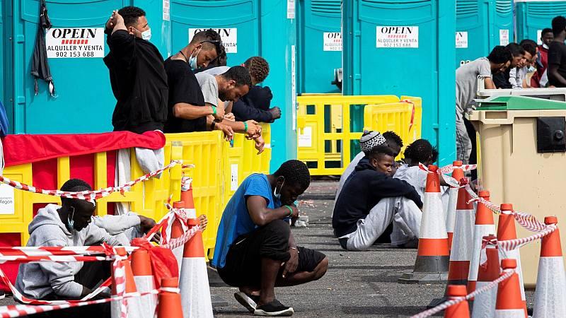 Prosigue el desalojo del campamento de la Cruz Roja en el muelle de Arguineguín