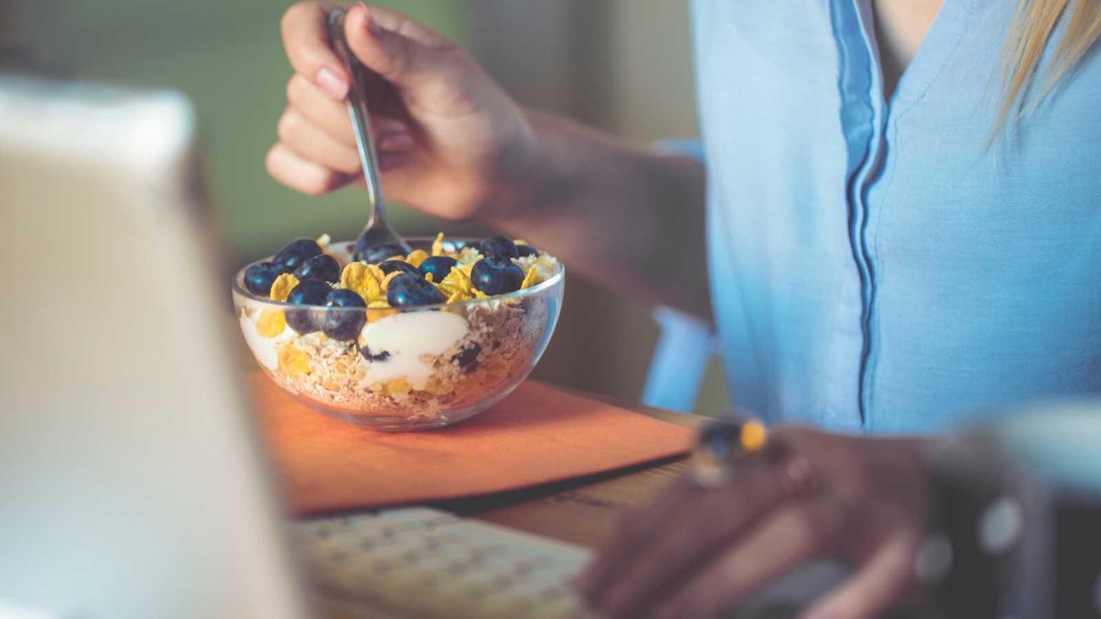 Teletrabajo: ¿Cómo controlar la ansiedad por la comida poco saludable?