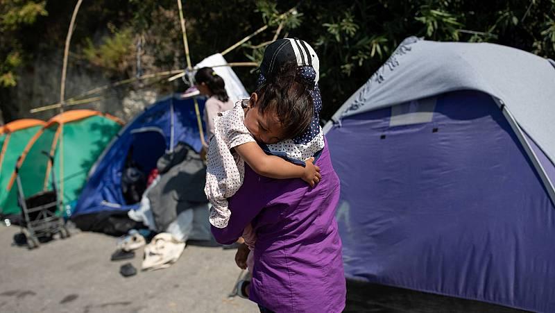Los refugiados de Lesbos sobreviven en los arcenes mientras rechazan ser internados de nuevo