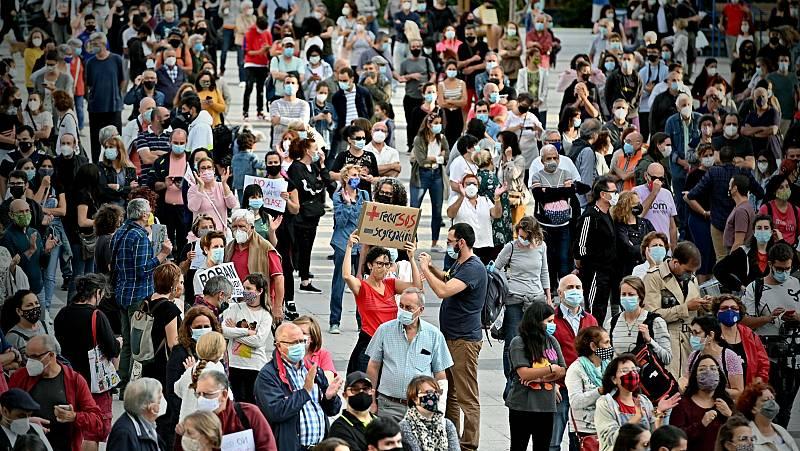 Cientos de personas protestan por las restricciones impuestas en algunas zonas de Madrid