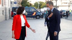 Sánchez llega a su reunión con Ayuso entre abucheos por parte de un grupo de manifestantes