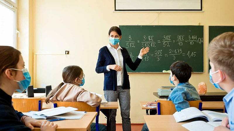 Educación elimina temporalmente el requisito del máster para ejercer la docencia y cubrir las sustituciones