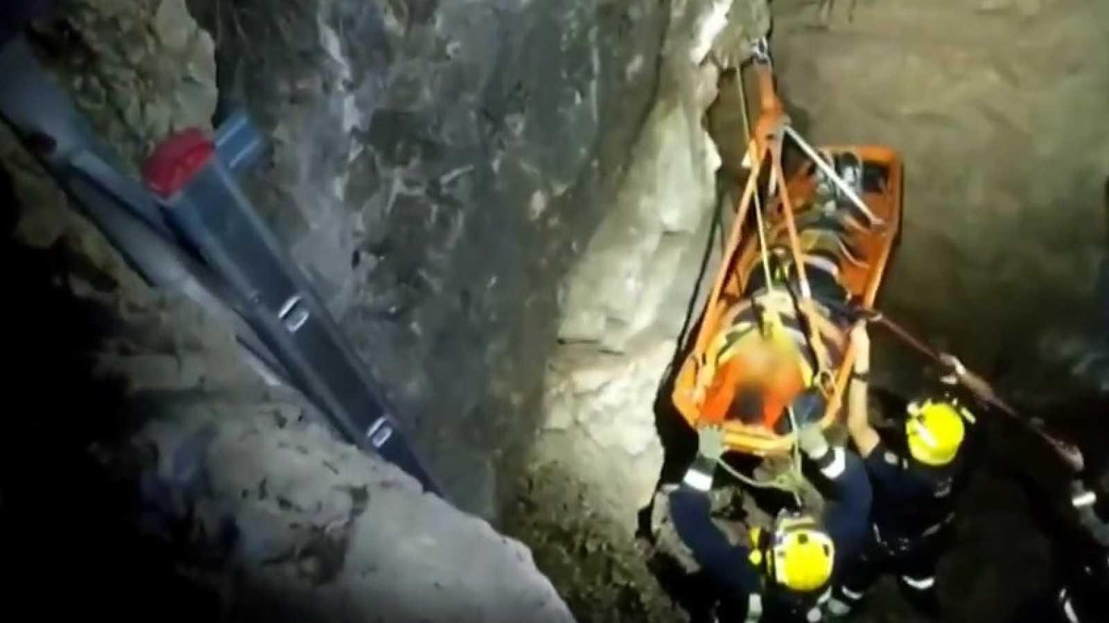 Rescatada una joven tras caer a un pozo de siete metros en Málaga