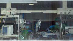 """Los intensivistas piden """"medidas contundentes"""" para aliviar la saturación en las UCI"""