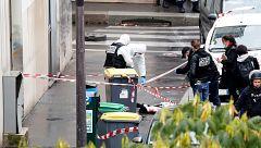 """Dos periodistas heridos al ser acuchillados cerca de la sede de la revista """"Charlie Hebdo"""" en París"""